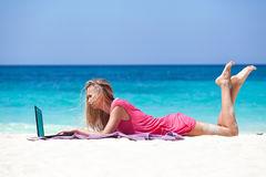 blond-girl-laptop-tropical-beach